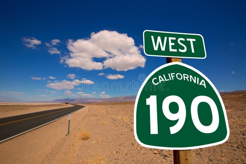 Hwy Death Valley Kalifornien för ökenrutt 190 vägmärke royaltyfria foton