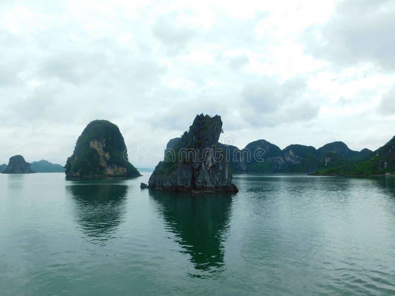Hwzdłuż Bay, skały w morzu, Północny Wietnam zdjęcia stock