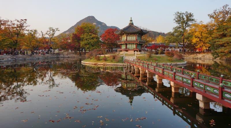 Hyangwon Jeong Pavillion no palácio de Gyeongbokgung em Seoul, Coreia do Sul imagens de stock royalty free