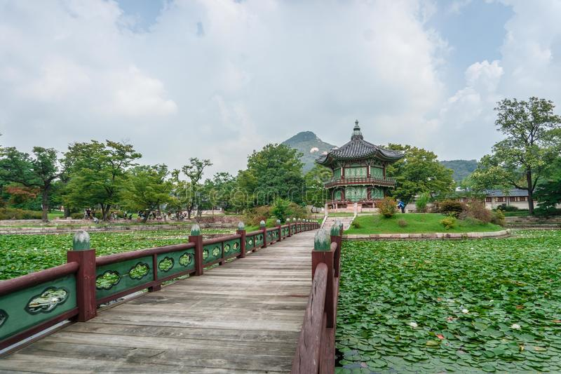 Hyangwonjeong paviljong arkivfoton