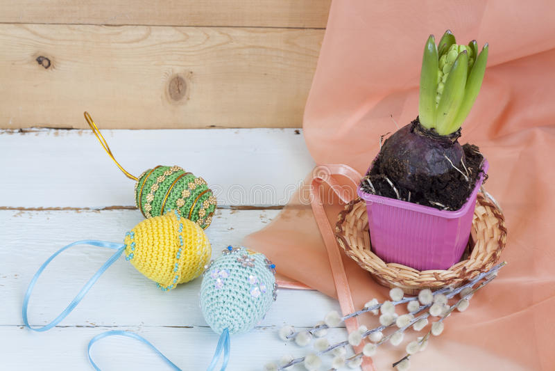 Hyazinthe im Topf und in handgemachten glücklichen Ostereiern auf einem hellen hölzernen Hintergrund lizenzfreie stockfotos