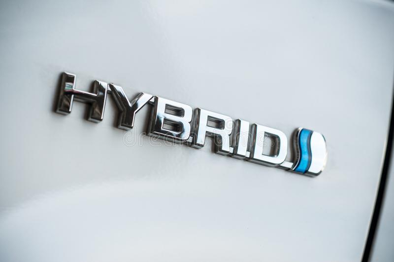 Hybride embleem op witte Toyota Prius-auto royalty-vrije stock foto's