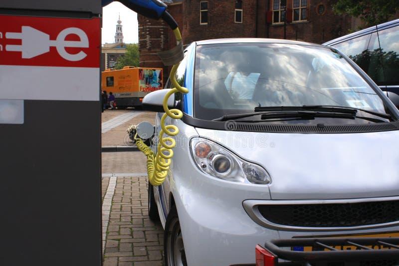 Hybride voertuig bij het laden royalty-vrije stock foto