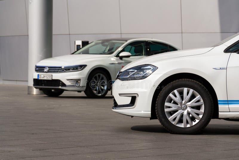 Hybride Volkswagen Golf-GTE- und -golfeinsteckelektroautos stehen Ladestation vor dem Glaserne Manufaktur bereit stockbild