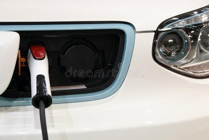 Hybrides Auto lädt auf stockfotografie