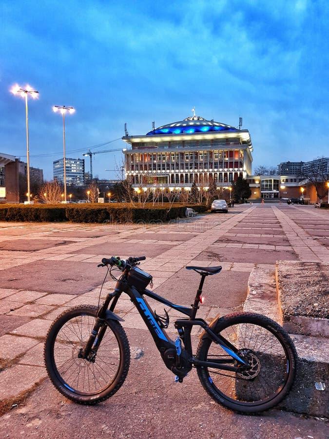 Hybrides elektrisches Fahrrad benutzt in der Stadt lizenzfreie stockfotografie