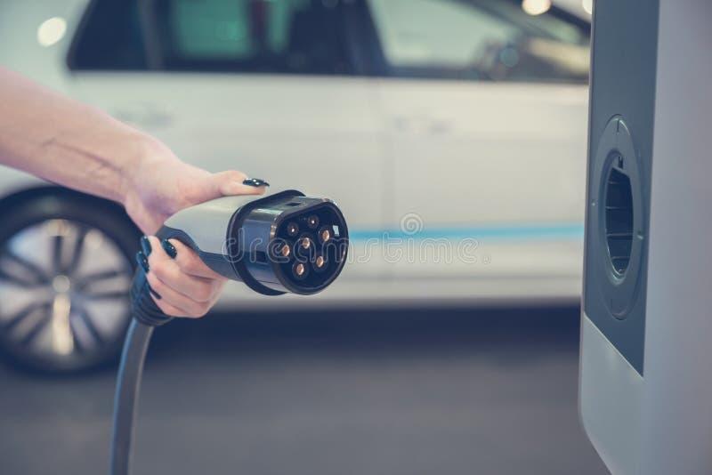 Hybrydowego elektrycznego pojazdu ładuje stacja obraz stock