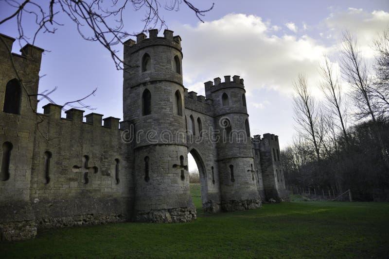 Hyckla slotten i badstad med blå himmel royaltyfri fotografi