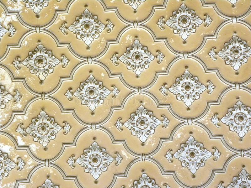 Hyderabad, Inde - 1er janvier 2009 motifs et conceptions floraux blancs antiques sur des murs au palais de Chowmahalla photographie stock
