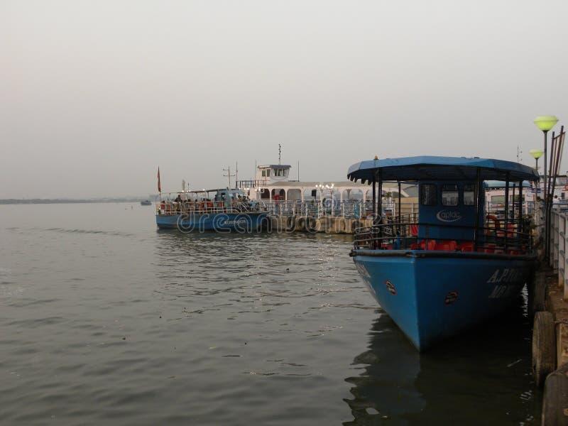 Hyderabad, India - Januari 1, het Roeien van 2009 in Hussain Sagar Lake stock foto's