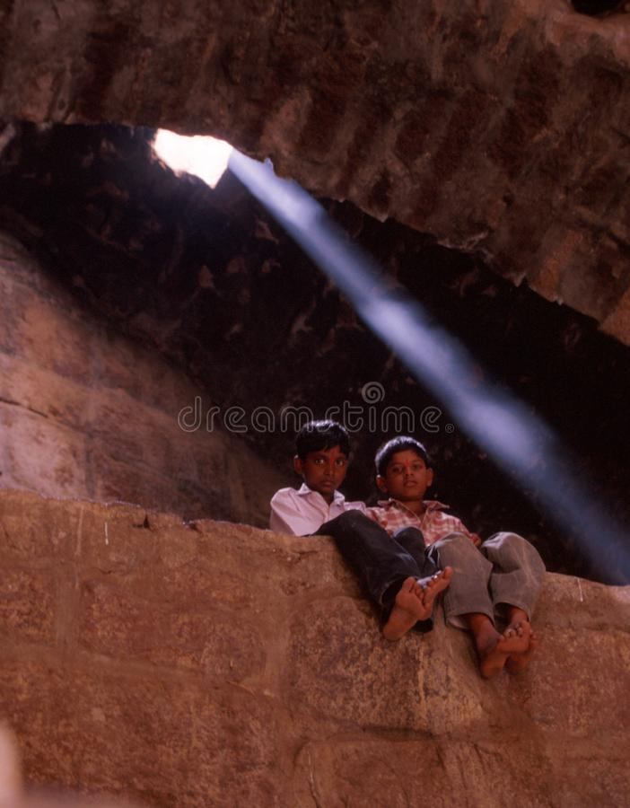 Hyderabad Indien: Två barn som poserar inom det Golconda fortet royaltyfria foton