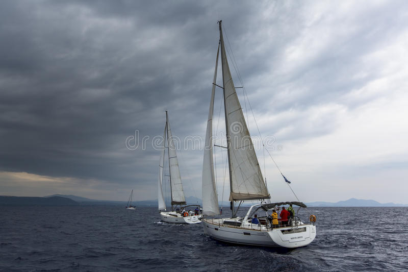 HYDRA GREKLAND - segelbåtar deltar i seglingregatta arkivbild