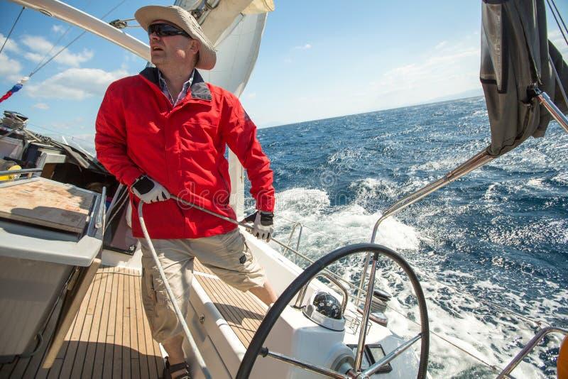 HYDRA, GRIEKENLAND - de Niet geïdentificeerde zeelieden nemen aan het varen regatta deel royalty-vrije stock fotografie