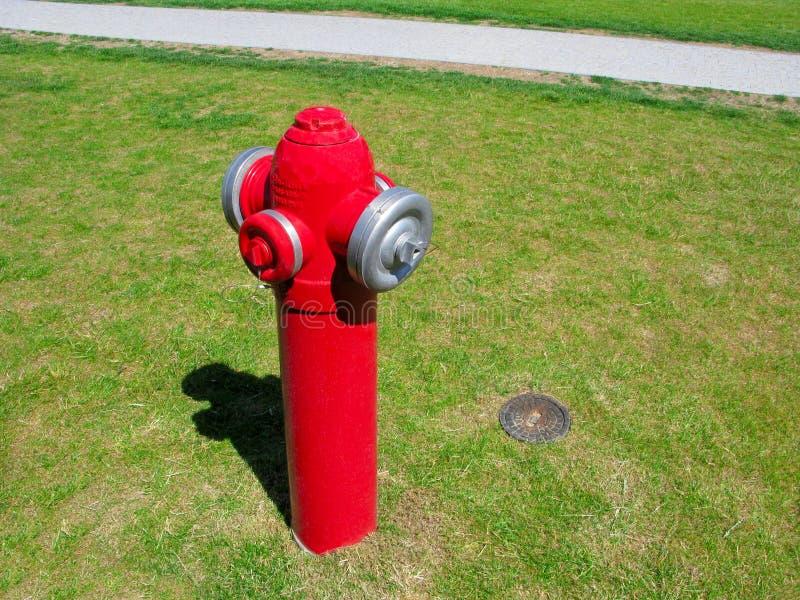 Hydrant auf dem Rasen stockbilder