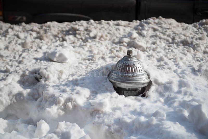 Hydrant bedeckt im tiefen Schnee stockfotos