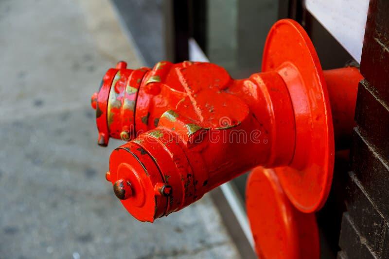 Hydrant des roten Feuers auf der Straße lizenzfreies stockbild