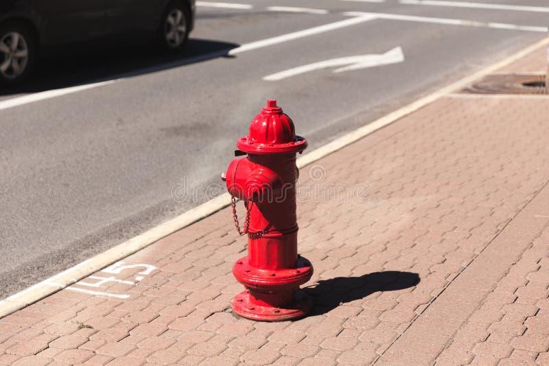 Hydrant des roten Feuers auf Straße lizenzfreie stockbilder