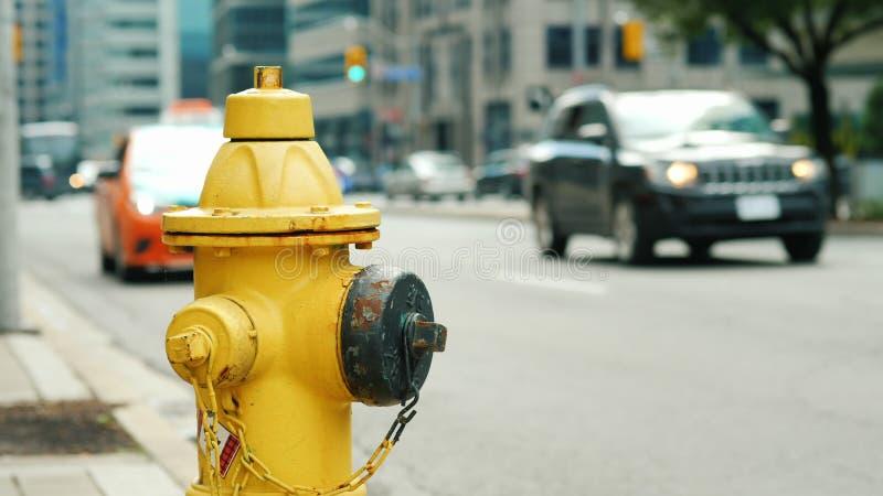 Hydrant im Hintergrund einer verkehrsreichen Straße in Toronto stockfotografie