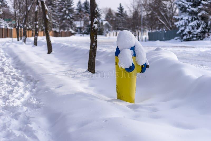 Hydrant im Schnee in der Stadt stockfotos