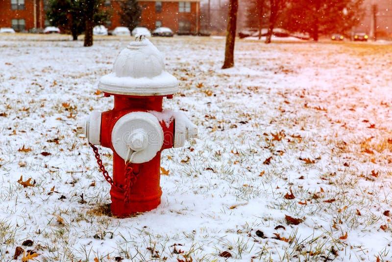 Hydrant im Winter, auf Schnee bedeckte Straße stockfotografie
