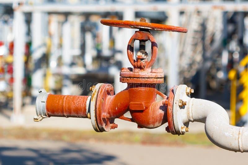 Hydrant ist an der Fabrik stockbild