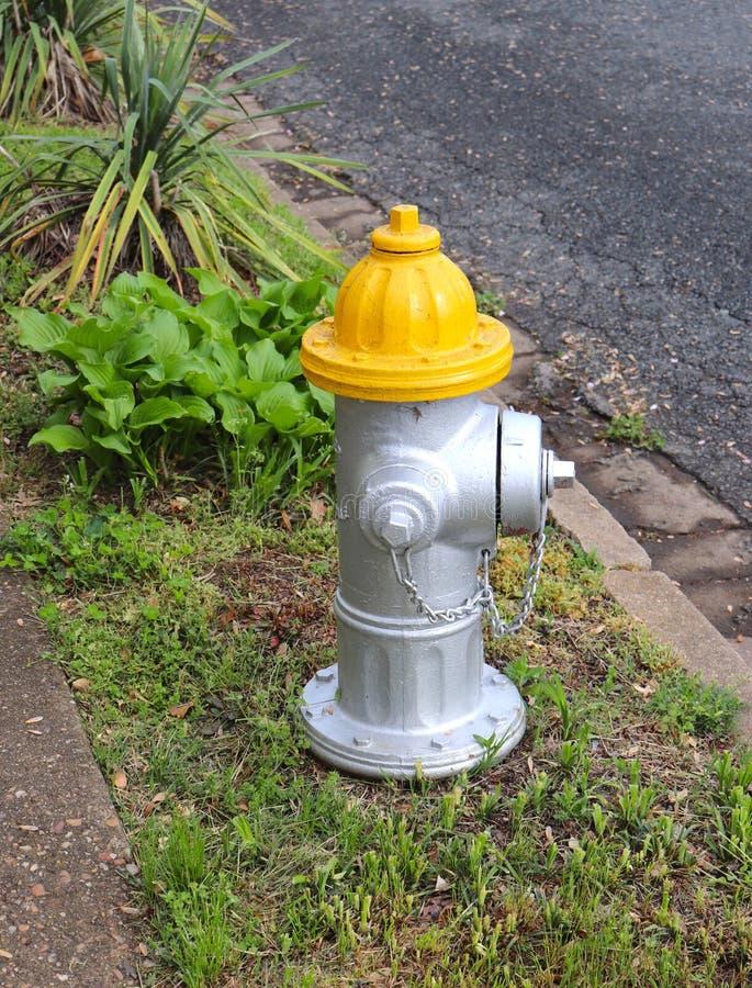 Hydrant mit gelber Spitze lizenzfreies stockbild