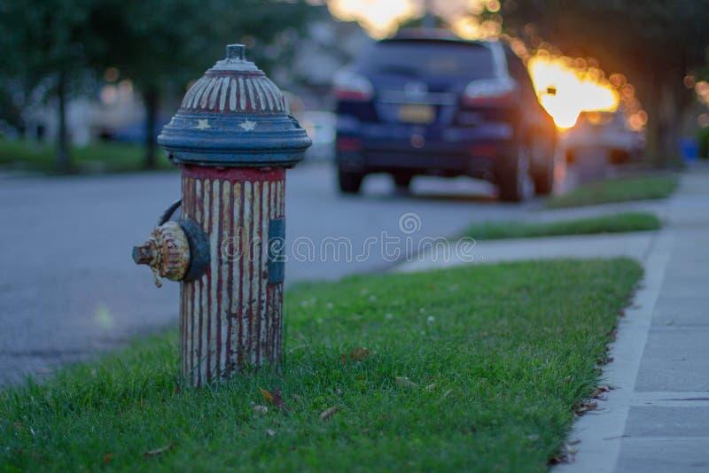 Hydrant-tragende amerikanische Flagge lizenzfreies stockbild