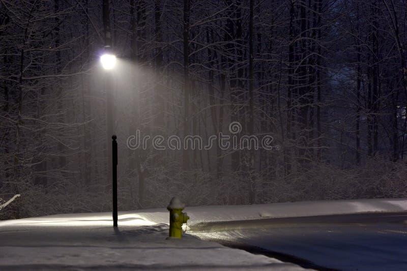 Hydrant unter der Leuchte lizenzfreies stockfoto