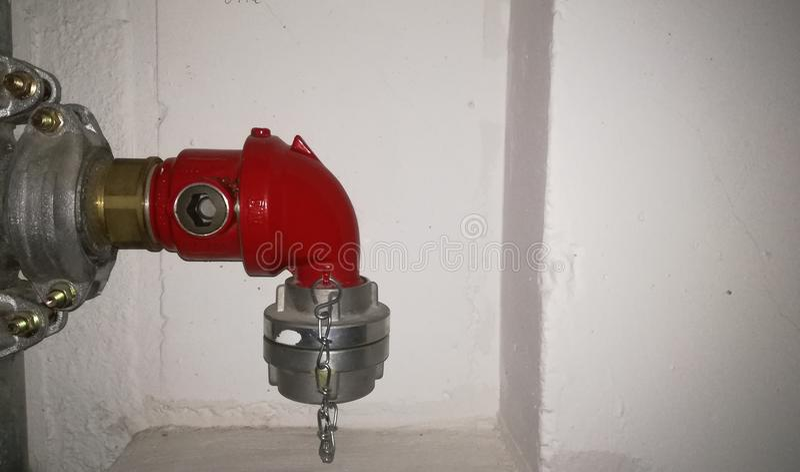 Hydrant vor weißer Wand lizenzfreie stockfotos