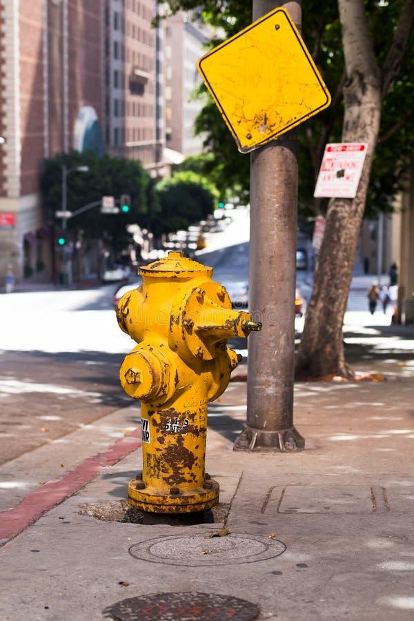 Hydrantgelb auf der Straße in der Stadt in Los Angeles stockfoto