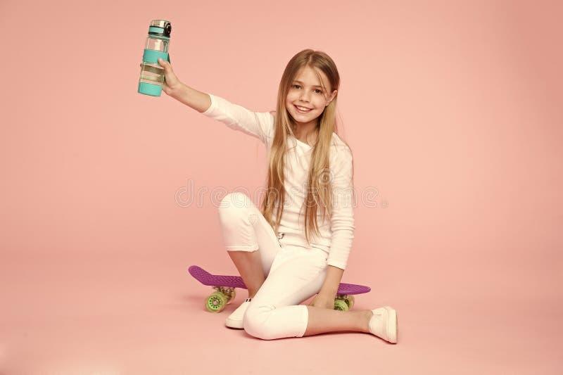 Hydratation de corps de soin de fille d'enfant ?quilibre actif de loisirs et d'eau L'eau active et saine de boissons d'enfant res photographie stock libre de droits