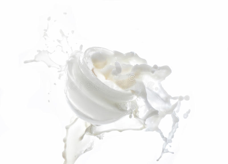 Hydrater crème, hydratant le lait dans la grande éclaboussure de lait d'isolement sur le fond blanc avec du lait chute photographie stock libre de droits