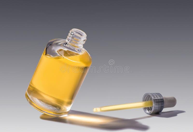 Hydrater le sérum dans la bouteille en verre images stock