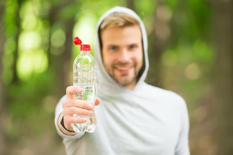 Hydratiserat stag För idrottsmanhåll för man idrotts- vatten för flaska Kläder för manidrottsman nensport att bry sig om vattenjä arkivfoto