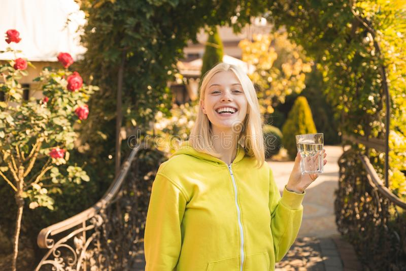 Hydratiserat stag Flickadrinkvatten Kvinnan tycker om mineralvatten Ren njutning Hälsovård och hydration Tillgripa med royaltyfri foto