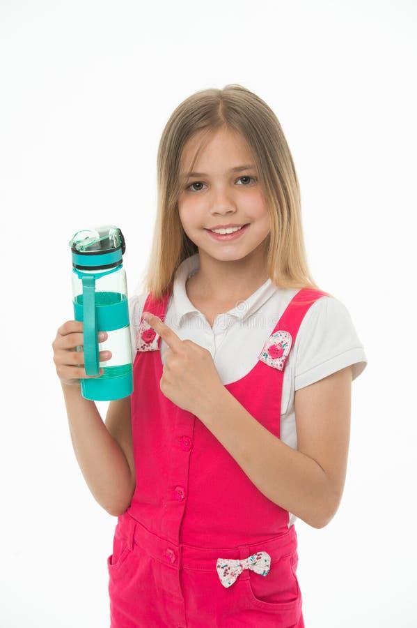 Hydratiserat stag Flickan att bry sig om hälsa och vattenjämvikt Flickan på att le framsidan som poserar med vattenflaskan, isole arkivfoton