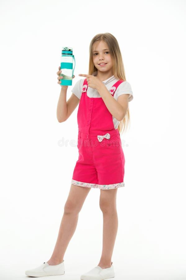 Hydratiserat stag Flickan att bry sig om hälsa och vattenjämvikt Flickan på att le framsidan som poserar med vattenflaskan, isole royaltyfri bild