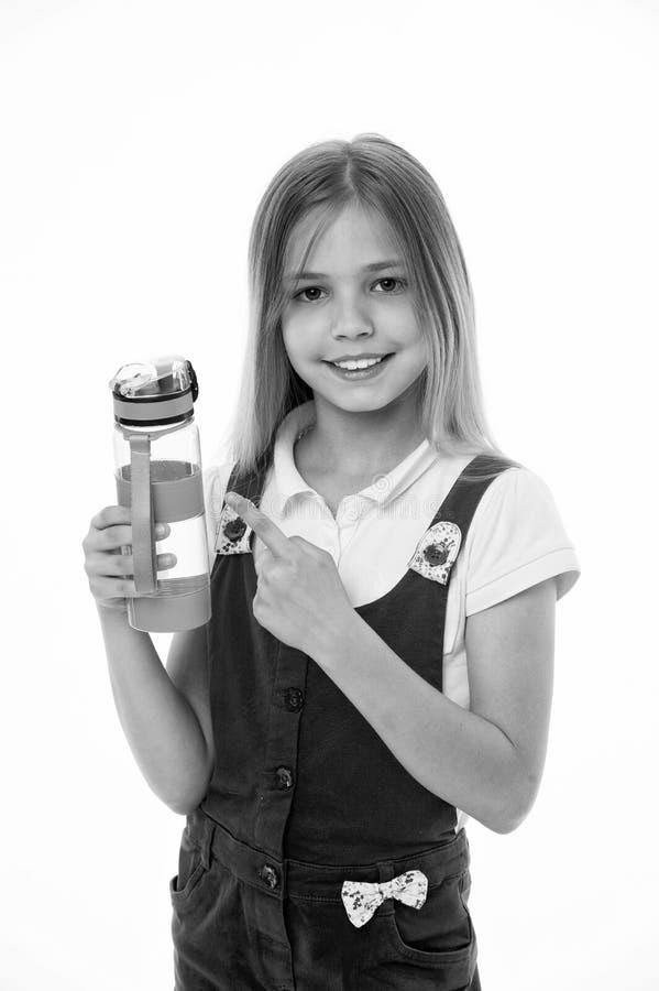 Hydratiserat stag Flickan att bry sig om hälsa och vattenjämvikt Flickan på att le framsidan som poserar med vattenflaskan, isole royaltyfria bilder