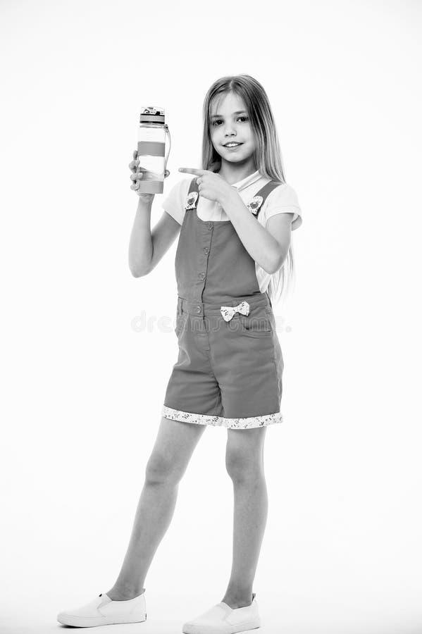 Hydratiserat stag Flickan att bry sig om hälsa och vattenjämvikt Flickan på att le framsidan som poserar med vattenflaskan, isole arkivfoto