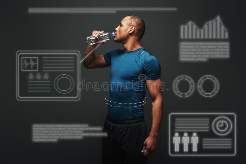 hydratisieren Trinkwasser des muskulösen Sportlers nach der Ausbildung Spielkonzept mit Grafikdiagramm stockbild