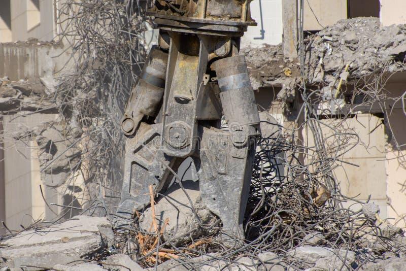 Hydrauliczni strzyżenia maszyny ciężkie na tle zniszczony budynek zawalenie się metali dopasowania zdjęcia royalty free