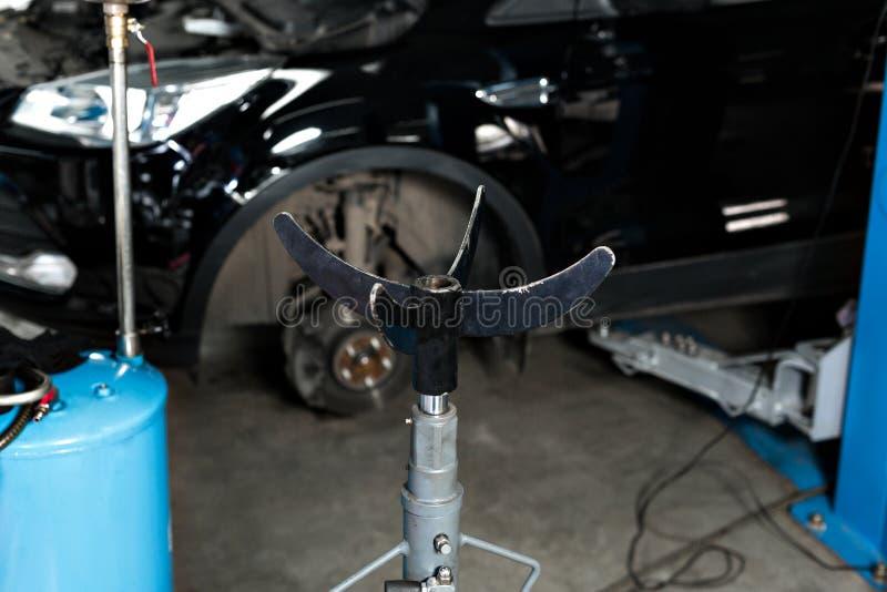 Hydrauliczny Jack dla silnika i wielkie auto części, Samochód na dźwignięciu przygotowywał naprawiać obraz stock