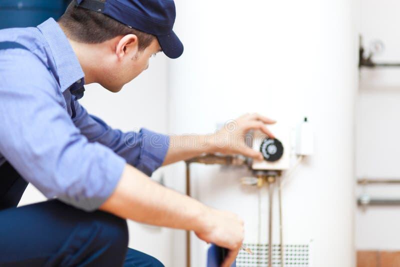 Hydraulik naprawia gorąca woda nagrzewacz obraz royalty free