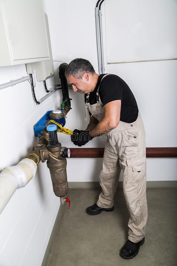 Hydraulik naprawia kruszcowe wodne drymby z wyrwaniem obraz royalty free