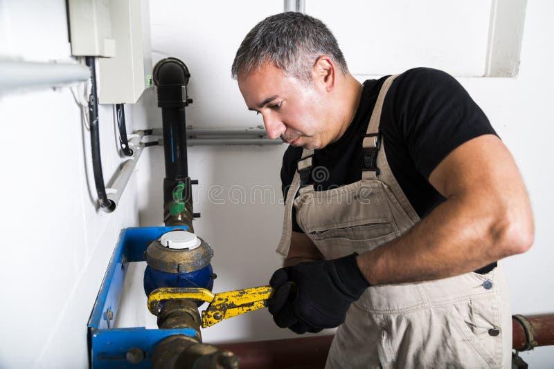 Hydraulik naprawia kruszcowe wodne drymby z wyrwaniem obrazy royalty free