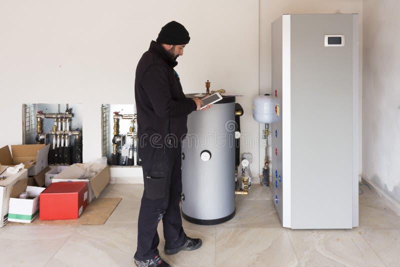 Hydraulik przy pracą robi spożycia metering obrazy royalty free