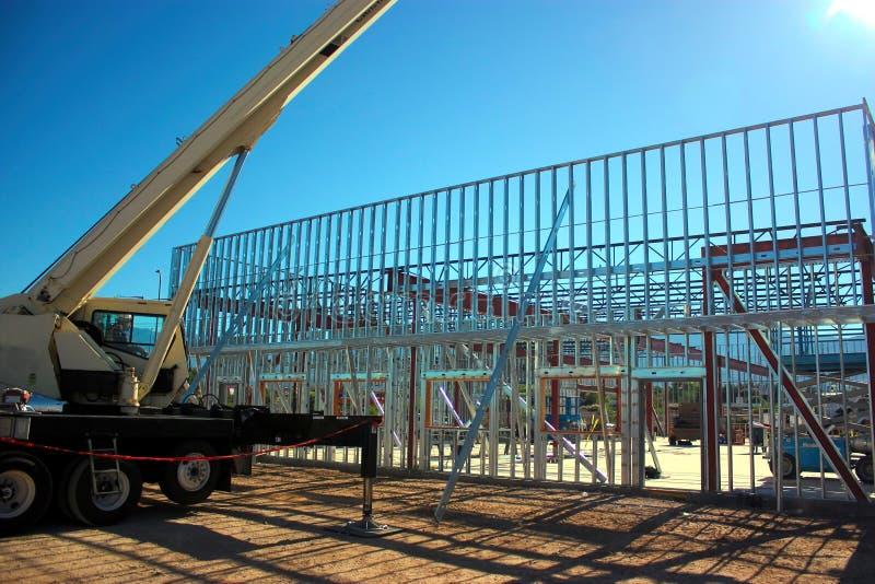 Hydraulisch Crane Sets Bar Joists bij de Structureel Staalbouw stock fotografie
