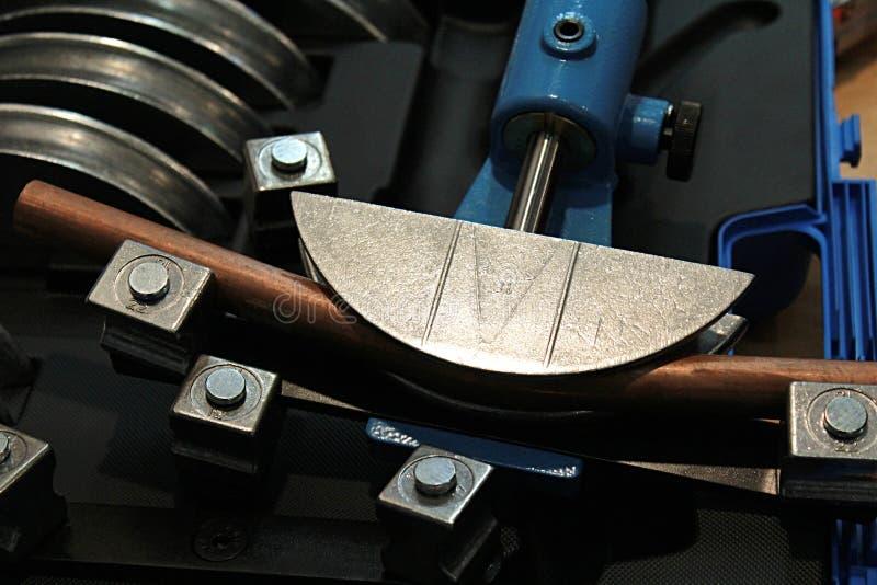 Hydraulisch die toestel voor het buigen van koperpijpen wordt gebruikt in de bouw van de waterpijplijn proces royalty-vrije stock afbeelding