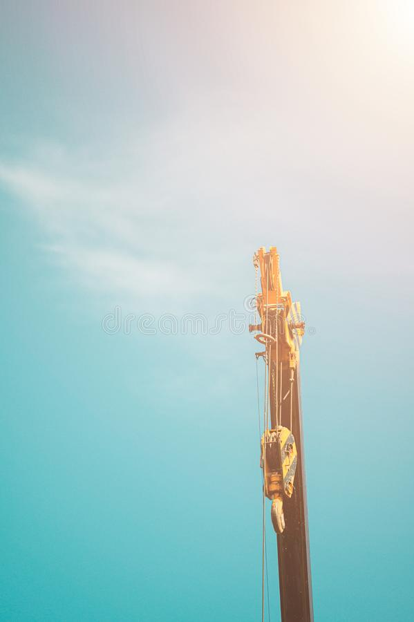 Hydraulische Mobiele Kraan tegen de blauwe hemel en de wolken royalty-vrije stock foto's