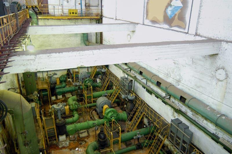 Hydraulische oude pompen op de downfloorwerken binnen waterzuiveringsinstallatie royalty-vrije stock fotografie